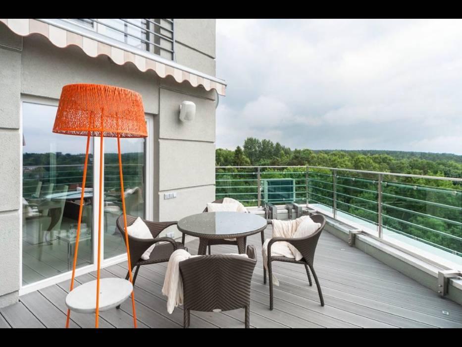 Balcones y terrazas de estilo minimalista de Строймассив Minimalista