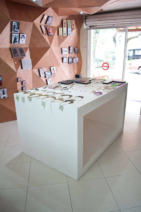 Mueble central: Oficinas y Tiendas de estilo  por somos2, Moderno