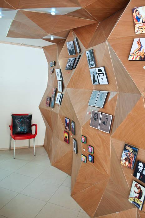 Muro de exposición de cuadros: Oficinas y Tiendas de estilo  por somos2, Moderno