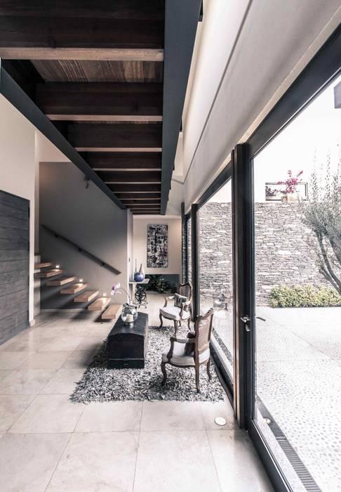 Modern corridor, hallway & stairs by Loyola Arquitectos Modern