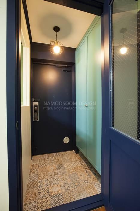 Couloir, entrée, escaliers modernes par 나무숨인테리어 Moderne