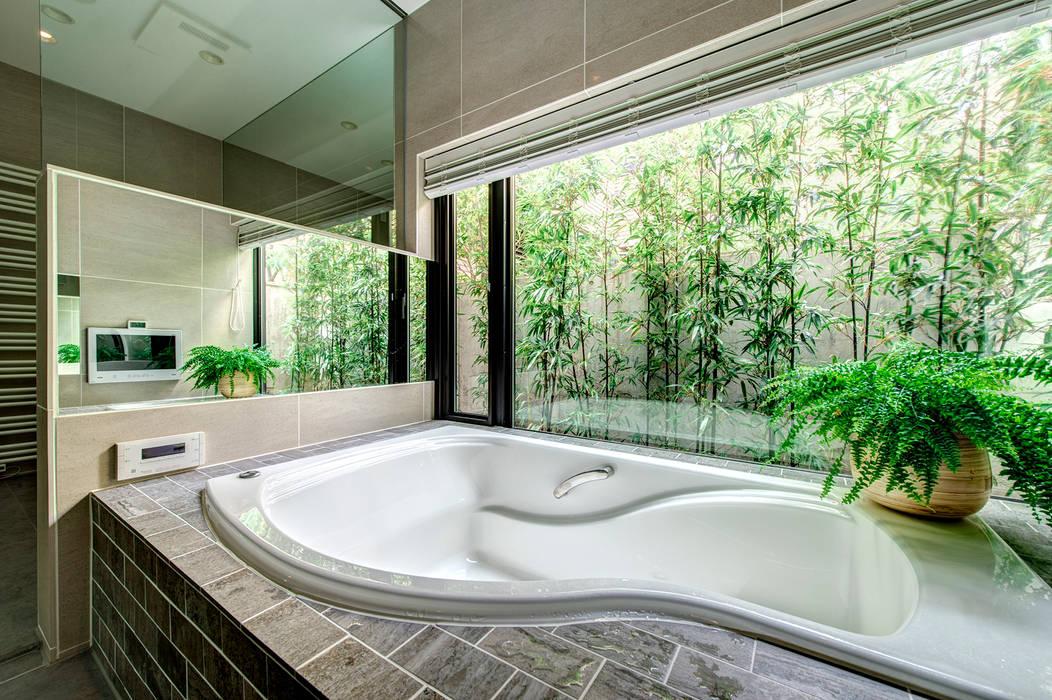 竹林をのぞむリゾートバスルーム: TERAJIMA ARCHITECTSが手掛けた浴室です。,モダン 石