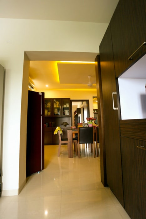 Banjara Hills Apartment:  Dining room by Saloni Narayankar Interiors