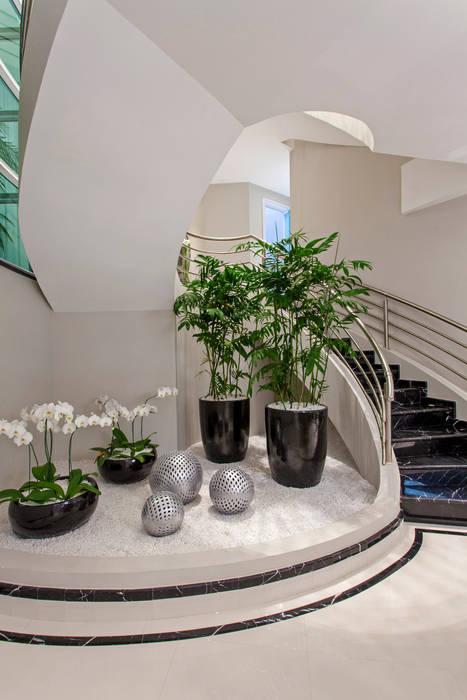 Couloir, entrée, escaliers modernes par Arquiteto Aquiles Nícolas Kílaris Moderne Marbre