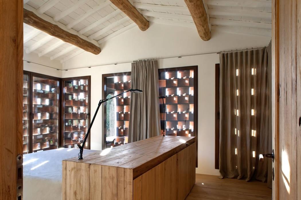 Chambre rustique par MIDE architetti Rustique