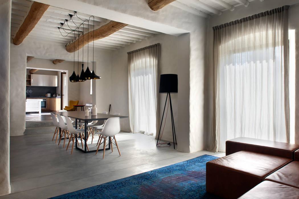 Rustykalny salon od MIDE architetti Rustykalny