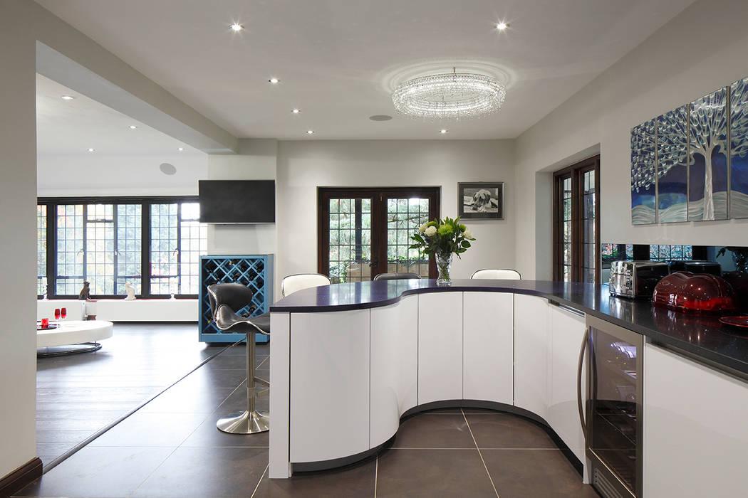 kitchen design curve Quirke McNamara Cocinas de estilo moderno Blanco