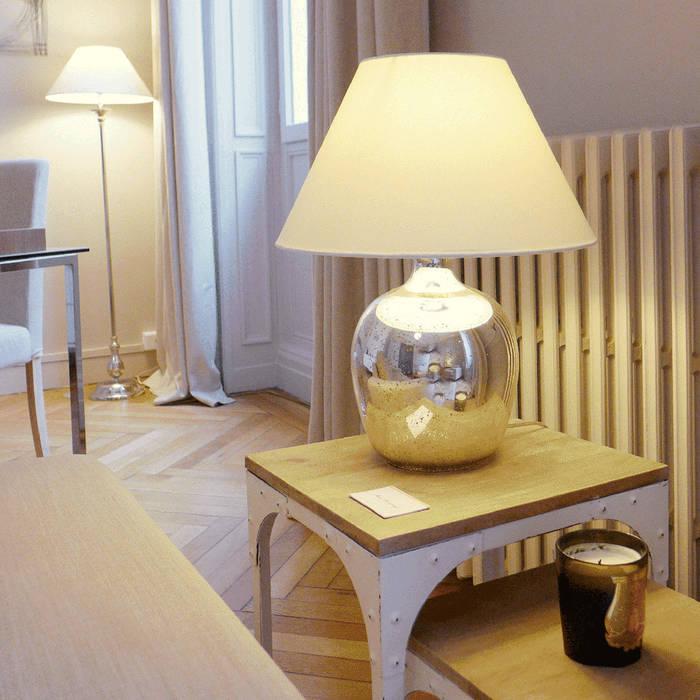 Un bout de canapé chic et chaleureux: Salon de style de style Moderne par Skéa Designer