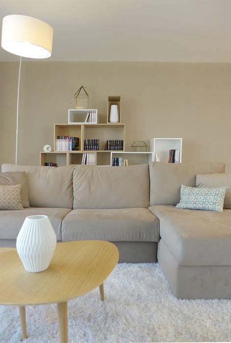 Canapé, table basse et bibliothèque de style scandinave: Salon de style  par Skéa Designer