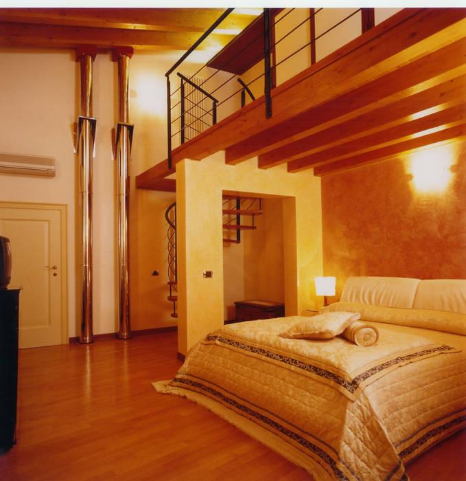 Camera matrimoniale ospiti: Camera da letto in stile in stile Moderno di STUDIO ARCHITETTURA SPINONI ROBERTO