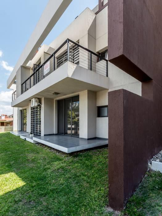FACHADA NORTE Casas modernas: Ideas, imágenes y decoración de CELOIRA CALDERON ARQUITECTOS Moderno