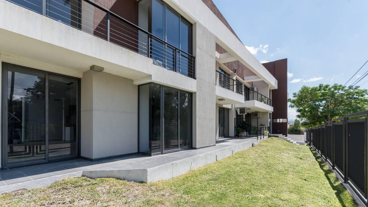 FACHADA NORTE: Casas de estilo  por CELOIRA CALDERON ARQUITECTOS