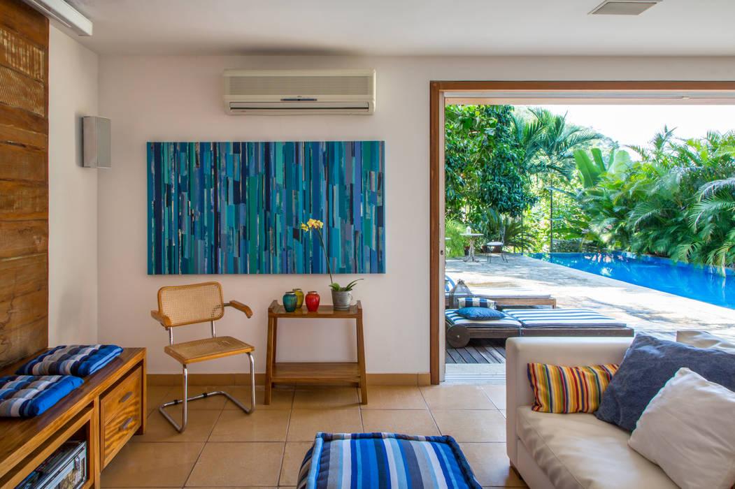 Salones de estilo tropical de Maria Claudia Faro Tropical