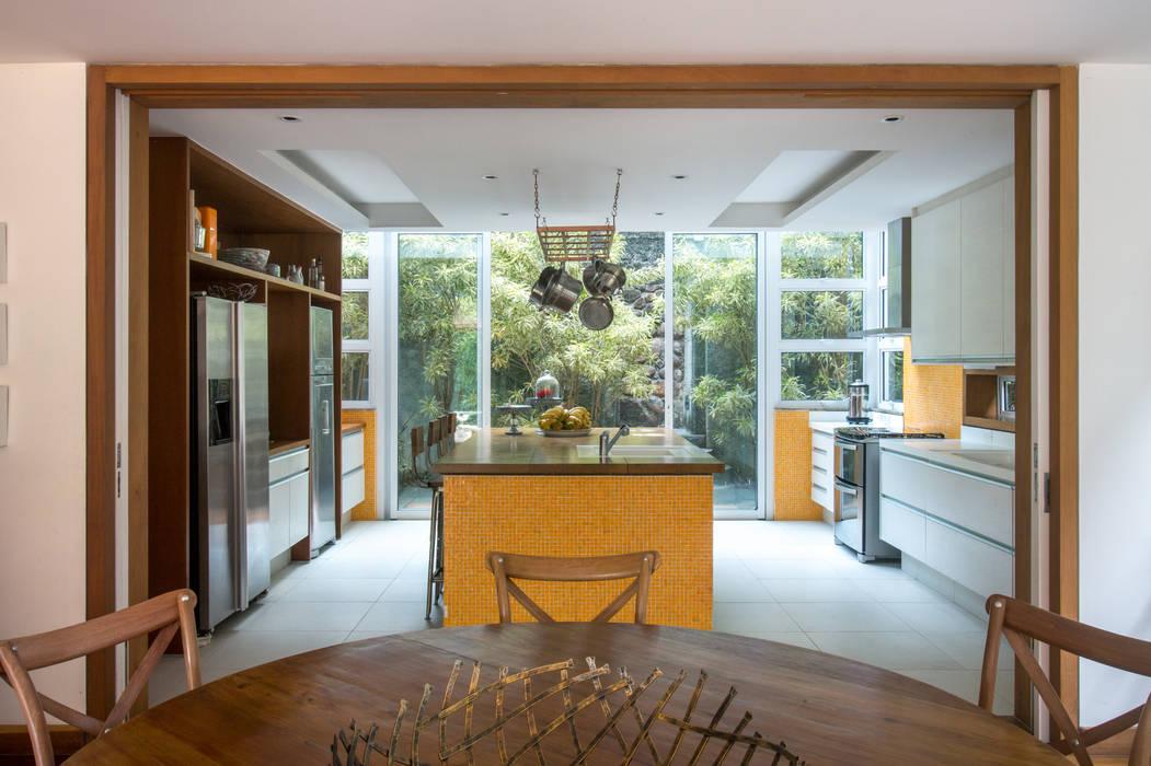 Casa Horto OBM 79: Armários e bancadas de cozinha  por Maria Claudia Faro,