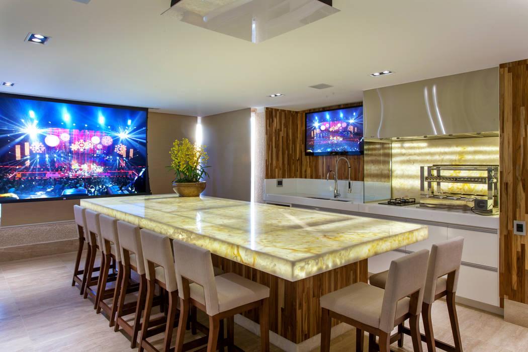Modern Terrace by Designer de Interiores e Paisagista Iara Kílaris Modern Marble
