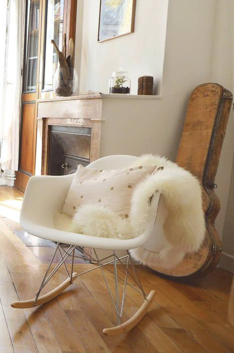 Un fauteuil vintage et sa fourrure: Salon de style de style eclectique par Skéa Designer