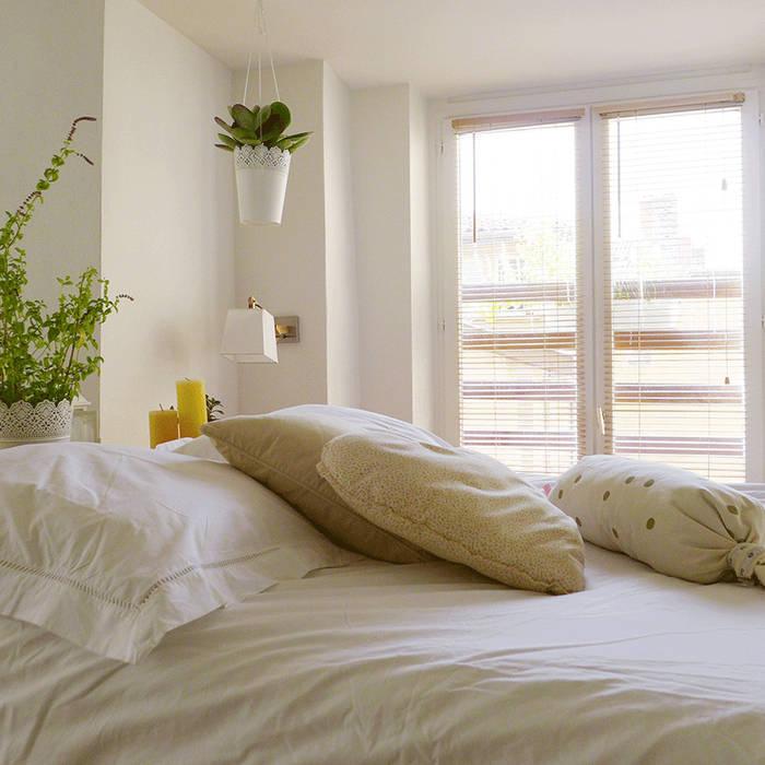 Un lit blanc et beige: Chambre de style  par Skéa Designer