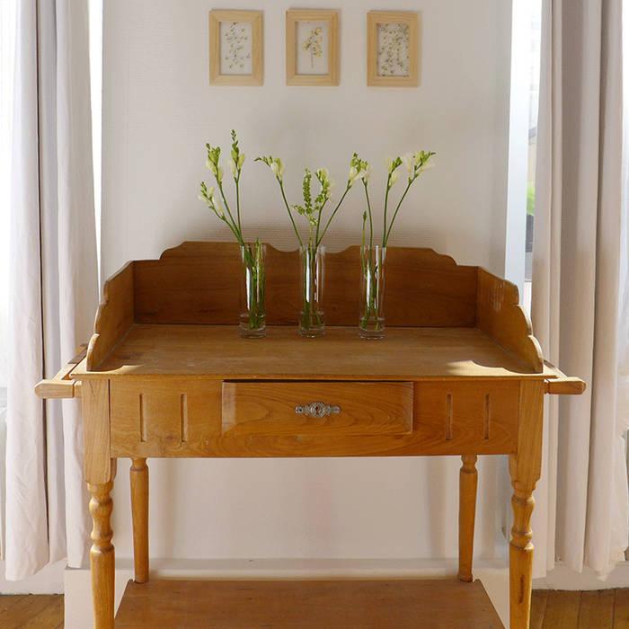 Un cabinet de toilette ancien en guise de décors pour le salon: Salon de style  par Skéa Designer