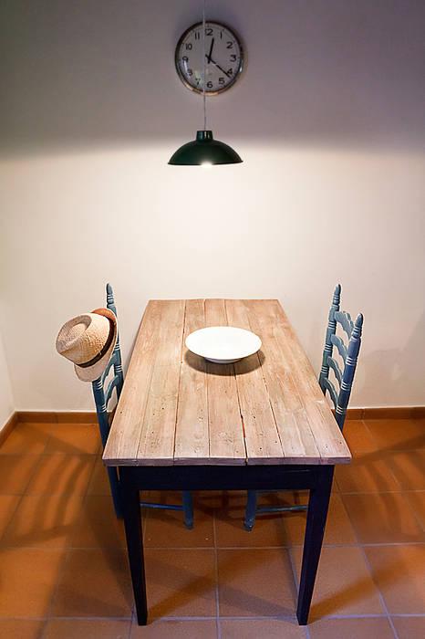 Mesa de madera con madera antigua reciclada: cocina de estilo de ...