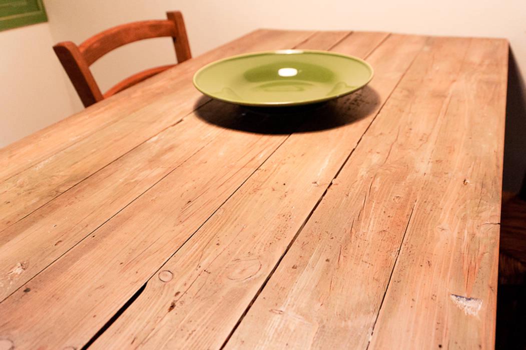 Detalle de mesa de madera con madera antigua reciclada: cocina de ...