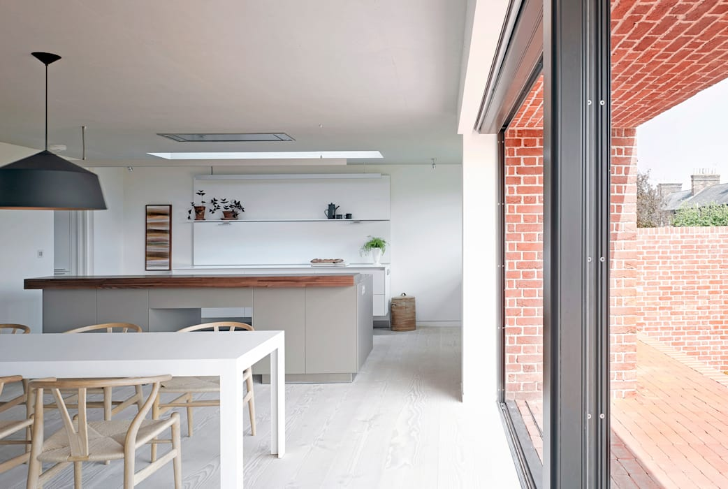 View of the kitchen from the dining area at the house at Broad Street in Suffolk Nash Baker Architects Ltd Кухня Білий