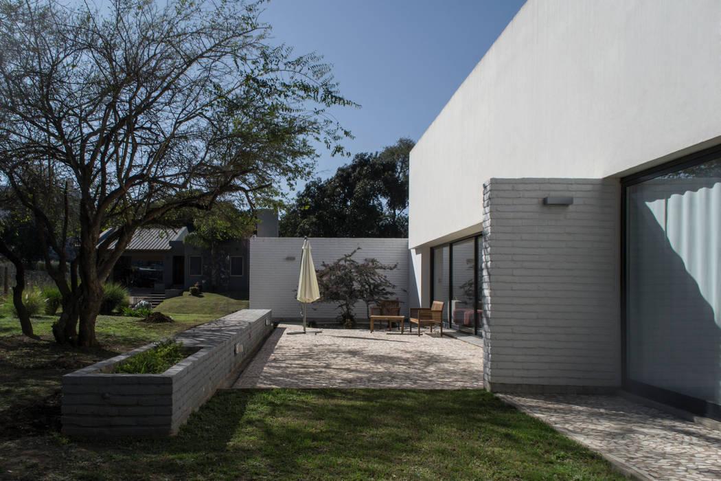 Houses by BLTARQ  Barrera-Lozada, Modern