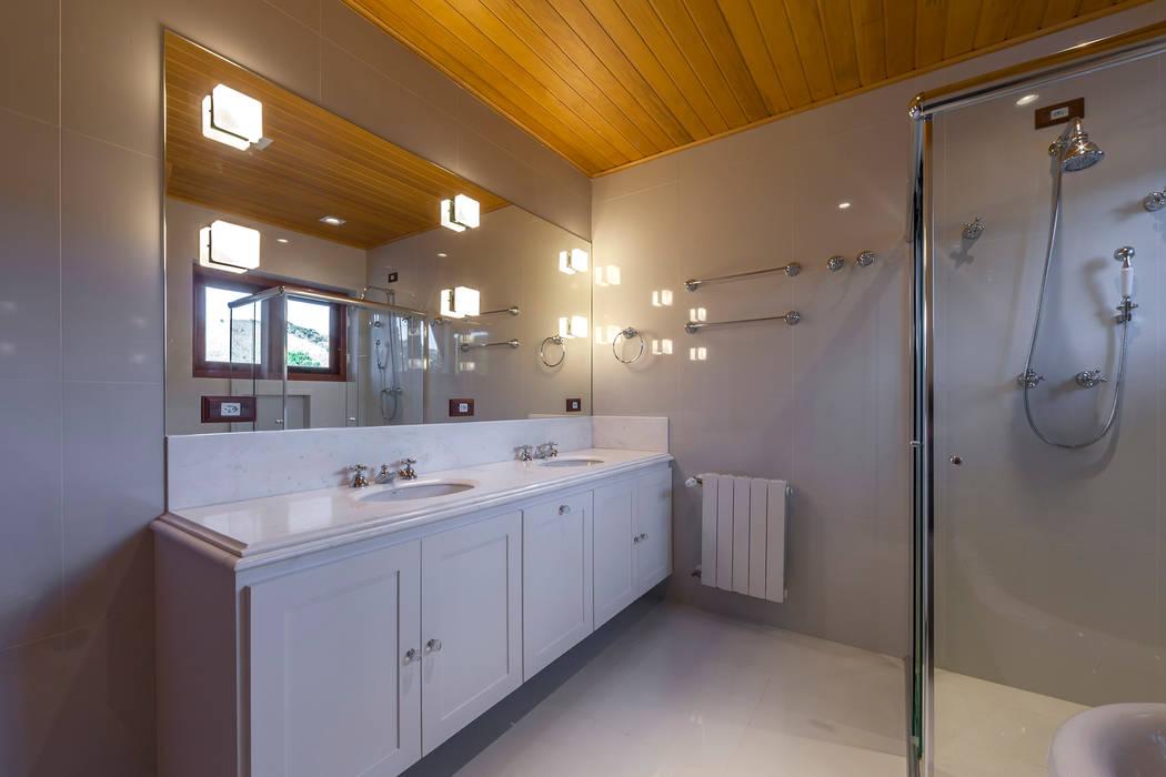 Rustic style bathroom by VNK Arquitetura e Interiores Rustic