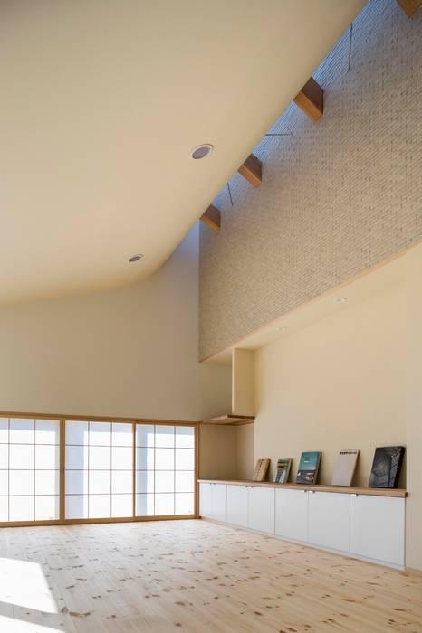 リビング: スズケン一級建築士事務所/Suzuken Architectural Design Officeが手掛けたリビングです。,モダン タイル