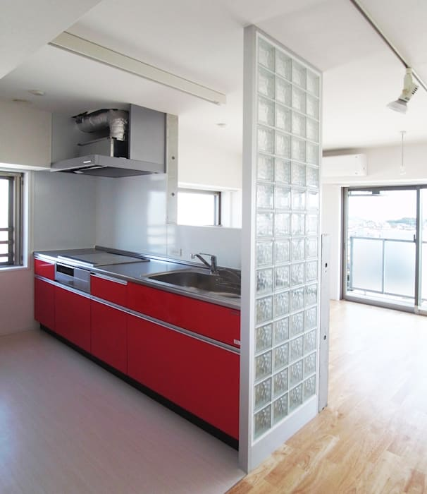 通り抜け通路のある建物: ユミラ建築設計室が手掛けたキッチンです。,モダン