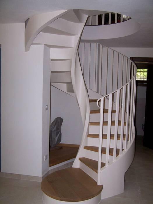 La scala interna in c.a. elicoidale : Soggiorno in stile in stile Moderno di Simona Muzzi Architetto