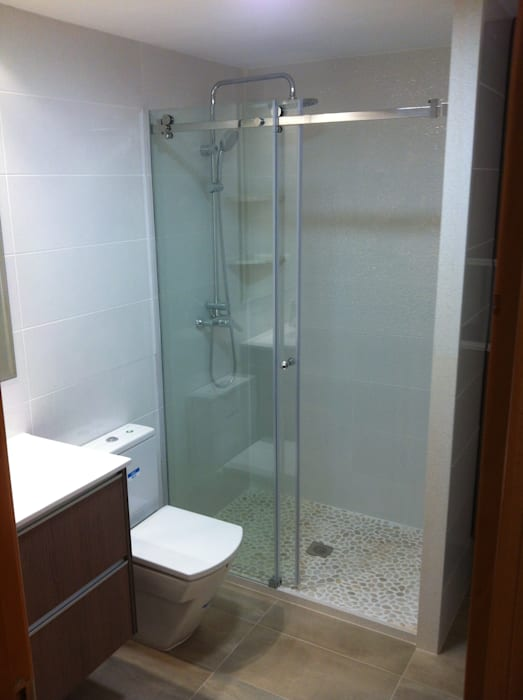 Cuartos de baño con platos de ducha de obra con piedra natural ...