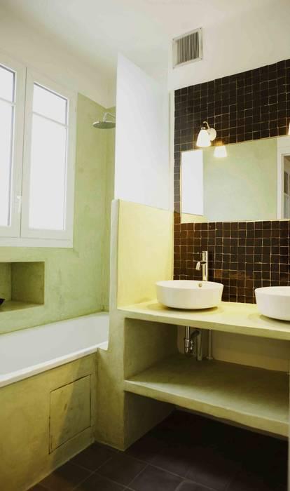 Salle de bain en tadelakt et zelliges: salle de bains de style par ...