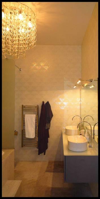 salle de bain en mosaïque et marbre: Salle de bains de style  par Agence KP