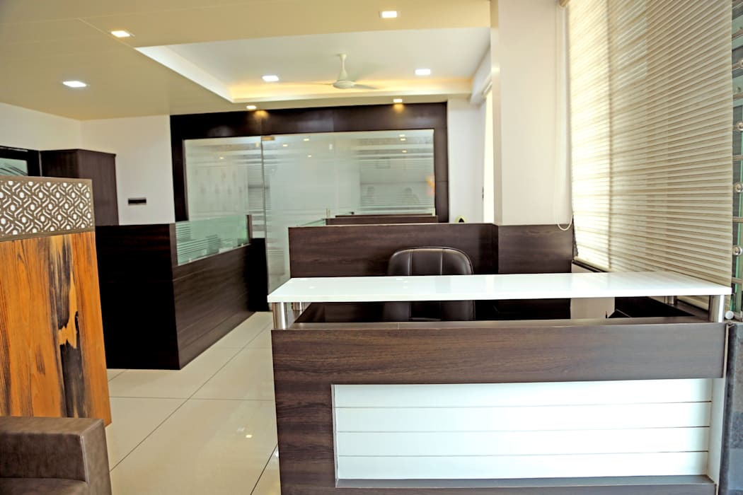 Reception Table:  Offices & stores by ZEAL Arch Designs