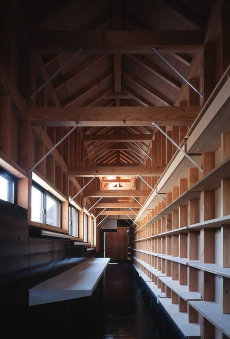 Oficinas y bibliotecas de estilo clásico de 原口剛建築設計事務所 Clásico