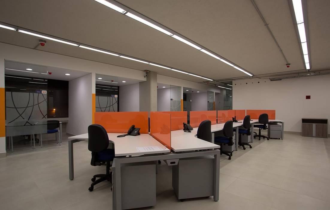 Puestos de Trabajo Estudios y oficinas modernos de Qualittá Arquitectura Moderno Aglomerado