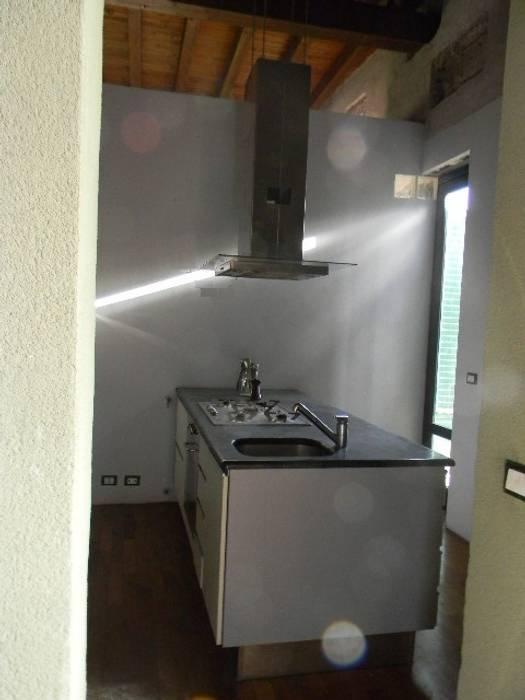 foto cucina : Cucina in stile in stile Moderno di  Giovanni Lucentini piccolo studio di architettura di 7 mq.