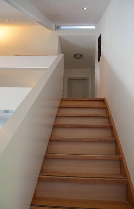 Ontwerpbureau Op den Kamp Modern corridor, hallway & stairs