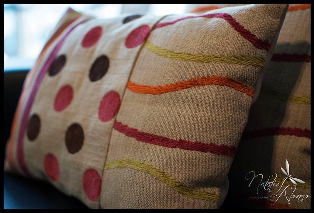 Almohadones DE AUTOR : Livings de estilo  por Diseñadora Lucia Casanova