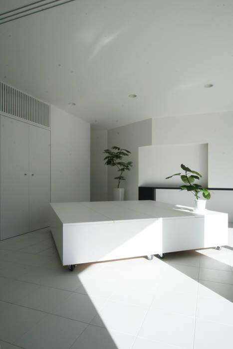 Salle multimédia moderne par 伊波一哉建築設計室 Moderne Bois Effet bois