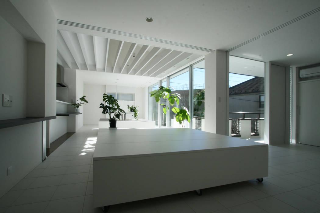 Salon moderne par 伊波一哉建築設計室 Moderne Bois Effet bois