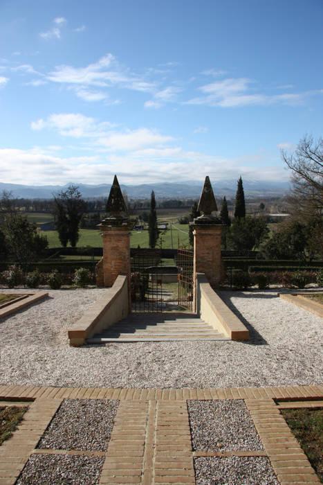Ingresso al giardino all'italiana: Musei in stile  di Architetti Laura Romagnoli e Guido Batocchioni Associati