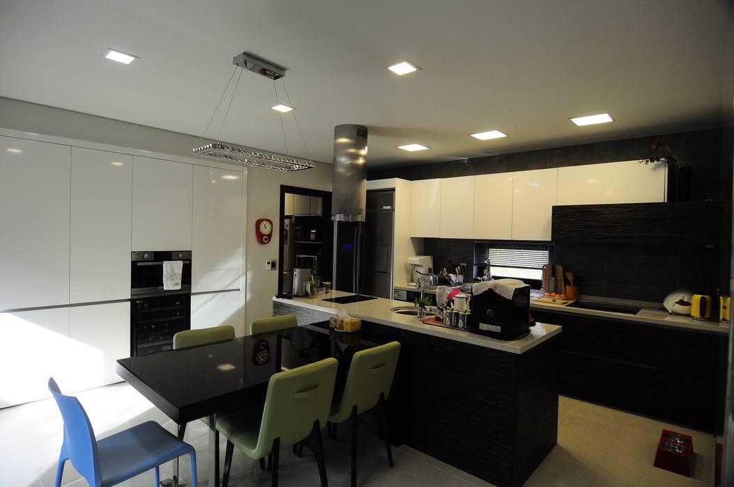 Ruang Makan Modern Oleh 구도건축사사무소 Modern
