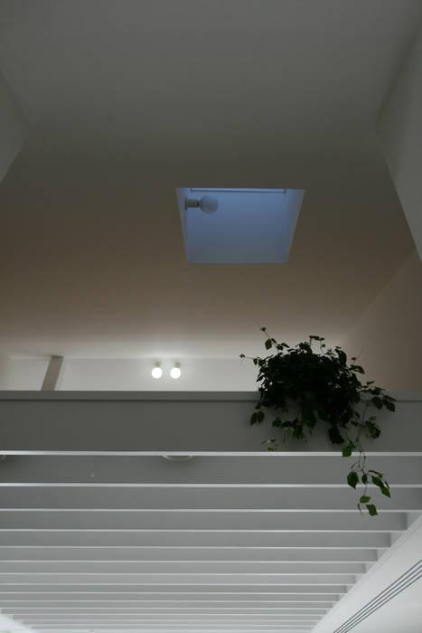 ロフト モダンデザインの 多目的室 の 伊波一哉建築設計室 モダン 木 木目調