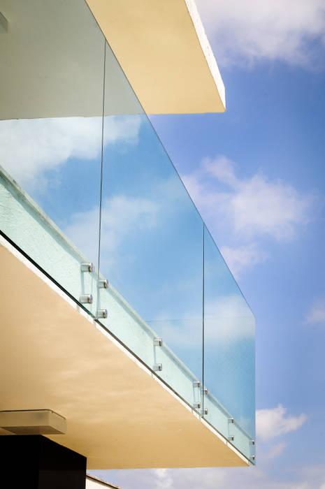 Nowoczesny balkon, taras i weranda od Renata Matos Arquitetura & Business Nowoczesny Szkło