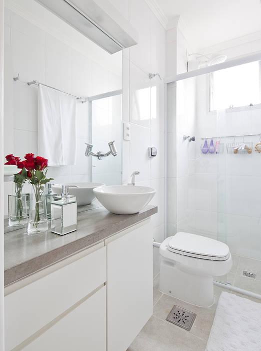 Minimalist style bathrooms by INÁ Arquitetura Minimalist