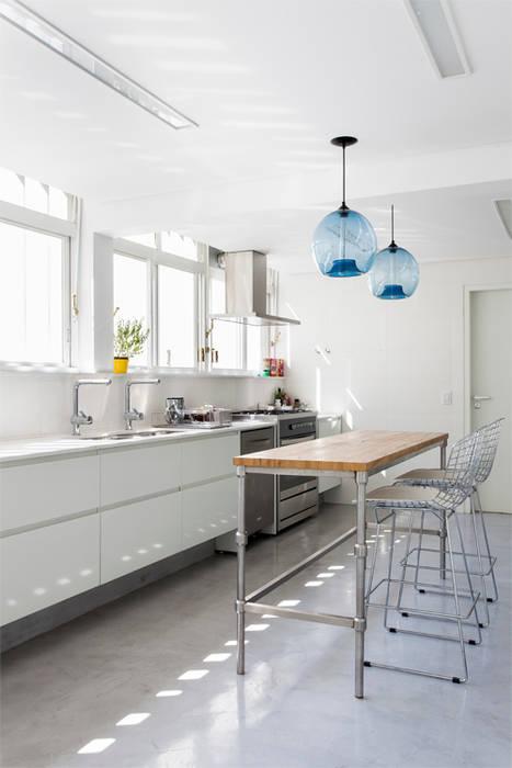 Kitchen by RSRG Arquitetos, Minimalist
