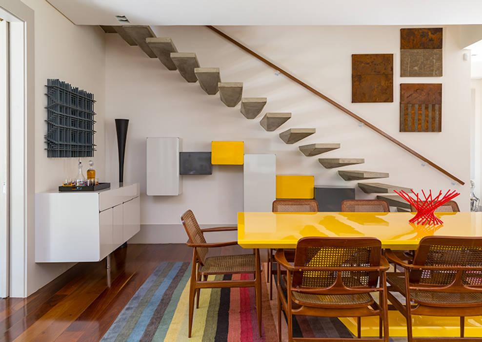 Pasillos, vestíbulos y escaleras de estilo moderno de Eliane Mesquita Arquitetura Moderno