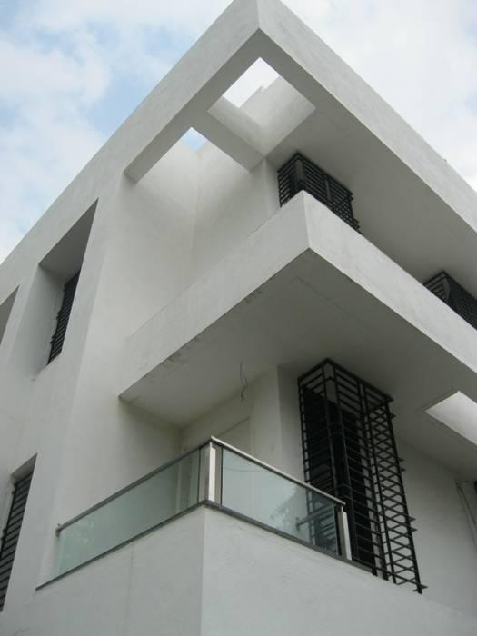 日本家屋・アジアの家 の ar.dhananjay pund architects & designers 和風