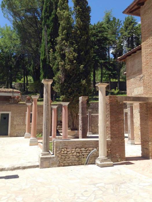 Il cortile: Case in stile in stile Classico di Architetti Laura Romagnoli e Guido Batocchioni Associati